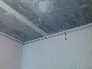 Пример закрепленного багета натяжного потолка