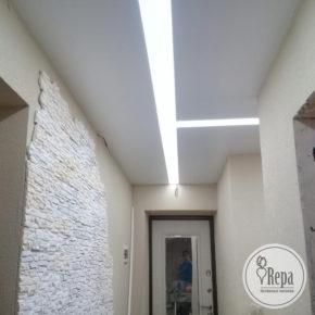 Натяжной потолок со световыми линиями
