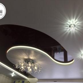 Двухуровневый натяжной потолок черно-белый