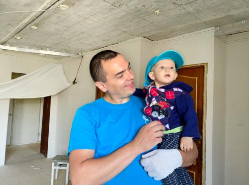Натяжные потолки премиум – безопасный вариант для семей с детьми. Вот и юный Паша согласен со специалистамикомпании «Репа»