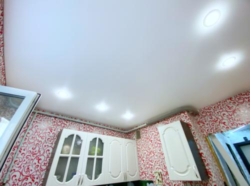 Вы еще успеете установить потолок до конца лета со скидкой до 5000 рублей. Скомпанией «Репа»монтаж в квартире 36кв.м. занимает всего 1 день!