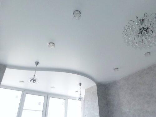 Двухуровневые потолки в однушке – плюс или минус?